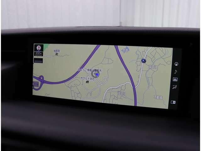 10.3インチのナビディスプレイを採用したブルーレイディスク・フルセグTV対応のSDマルチナビを搭載。USB/AUX入力端子も装備し、滑らかな操作性のリモートタッチ(タッチパッド式)を採用しています。