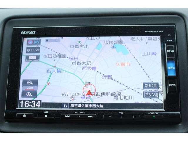 ギャザズメモリーナビ(VXM-165VFi)搭載車!!を装着しております。CD・DVD再生・フルセグTVがご使用いただけます。初めて訪れた場所でも道に迷わず安心ですね!