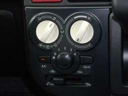 運転中も簡単に、感覚的な操作が出来る、ダイヤル式のマニュアルエアコンです。
