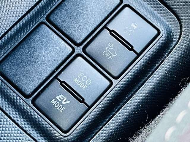 【 車両接近通報装置 】発進から車速約25km/hまでのEV走行中、または後退時に自動で発音。歩行者に音で接近を伝えます。一時停止スイッチでON/OFFが可能。