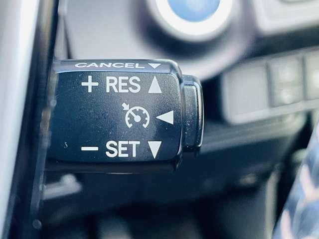 【 クルーズコントロール 】高速道路で便利なクルーズコントロールも装着済み。アクセルを離しても一定速度で走行ができる装備です。加速減速もスイッチ操作でOKです。