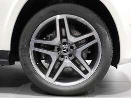 【AMGアルミホイール】21インチAMG5ツインスポークのアルミホイールを装着。Mercedes-Benzのロゴ付きブレーキキャリパーで足元にもアクセント♪