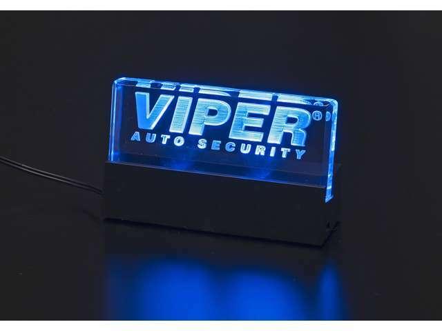 オプション「VIPERロゴ入りアクリスプレート」 青色のLEDがVIPERロゴを照らし犯人を威嚇します。おしゃれなデザインの為インテリアとしても最適です。