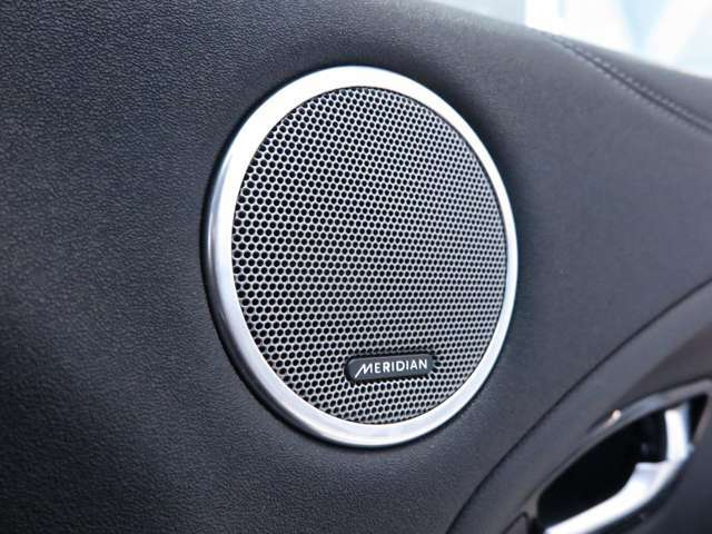 英国の老舗オーディオブランド「MERIDIAN」のサウンドシステムを搭載。低音から高音までをクリアに再現し車内に臨場感溢れる音響空間を提供。