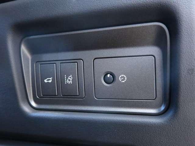 【レーンデパーチャーワーニング メーカーオプション参考価格44,000円】車が車線を感知し車線をずれた場合警告をし、緩やかに軌道修正をし危険を回避させてくれます。