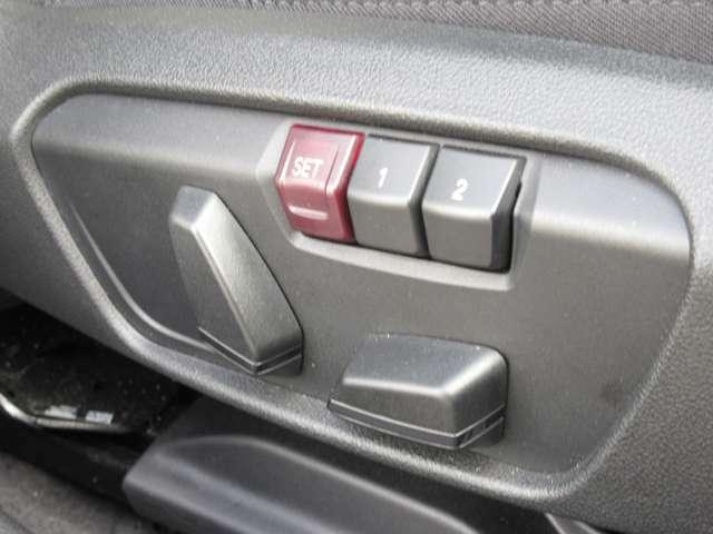 メモリー付き運転席電動シート装備。