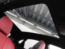 電動シェードを開ければ開放的なドライブが楽しめるパノラマルーフを装着しています。