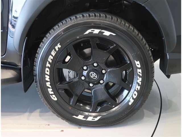 純正のアルミホイール装着車です。タイヤサイズは265/60R18です。