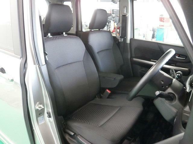 気になるフロントシートは『グレー系』のベンチシートになります!アームレスト(肘掛)もついてロングドライブも楽チンですよね?!