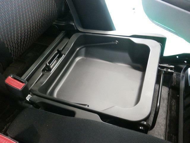 助手席下には『シートアンダーボックス』を装備!見られたくないものはこちらへどうぞ♪