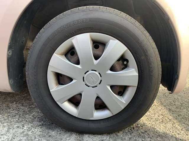 タイヤはノーマルタイヤをはいており、タイヤ山はおおよそ各6分山程度、タイヤサイズは145/80R13、スペアタイヤは積込みです。 試乗、現車確認、乗るだけ、見るだけ、買うフリ、思わせブリ、大歓迎です!