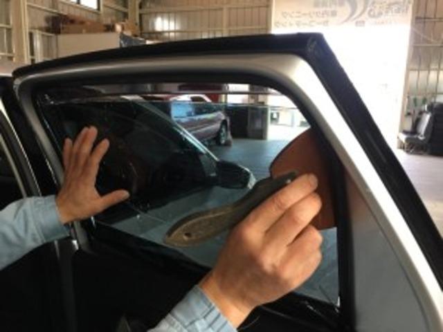 Aプラン画像:一台一台丁寧にリアガラス面にスモークフィルムを張り上げます!