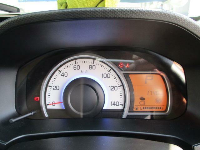 見やすいメーターです。燃費の良い走りでメーターの色が変わります。