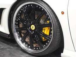 20インチアルミホイール&イエローキャリパー!F430のローダウン車には是非欲しい、ロベルタFリフティングが装着されてます!