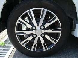 タイヤサイズ155/65R14のスタイリッシュな純正アルミホイールです。