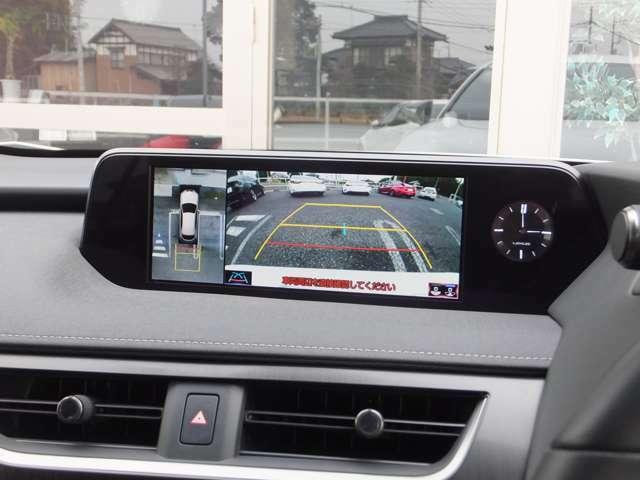 車両を上から見たような映像をワイドディスプレイに表示。狭い道での安全確認をサポートするサイドクリアランスビュとコーナリングビュによって運転席から目視しにくい車両周囲の状況をリアルタイムで確認できます