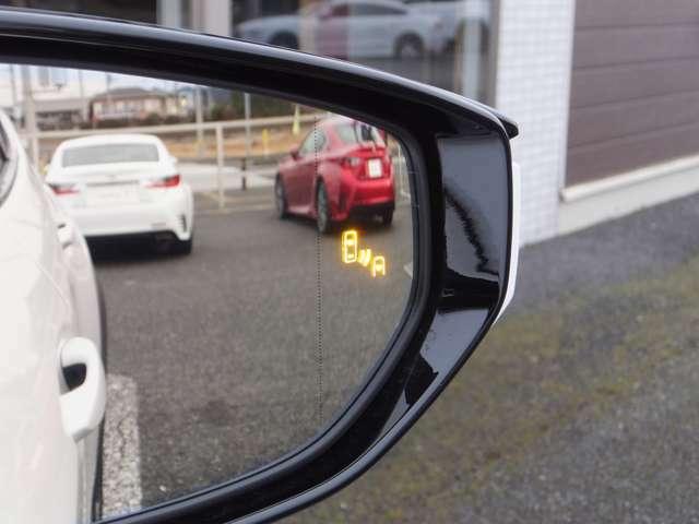 【ブラインドスポットモニター[BSM]】走行中、ドアミラーでは確認しにくい後側方エリアに存在する車両に加えて、隣接する車線の最大約60m後方までモニターし、急接近してくる車両も検知します