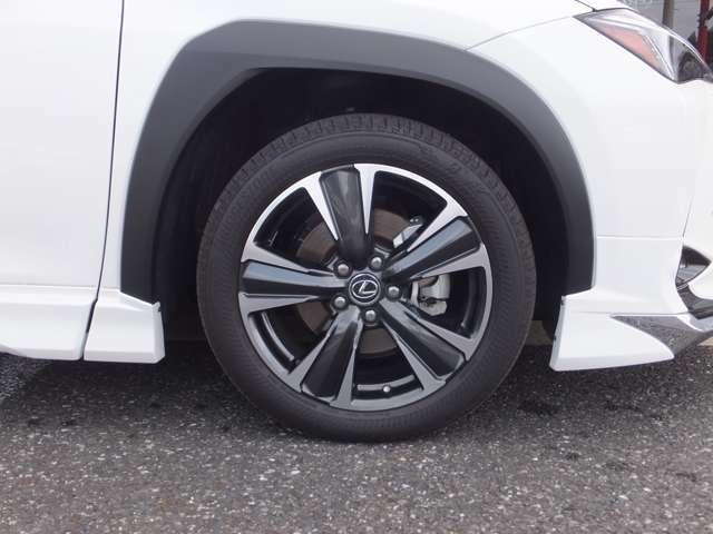 パンク時にも一時的な走行が可能な【ランフラットタイヤ】がインストールされております。タイヤサイド部の補強ゴムによりパンクしても80キロ以下で160キロまで走行可能です