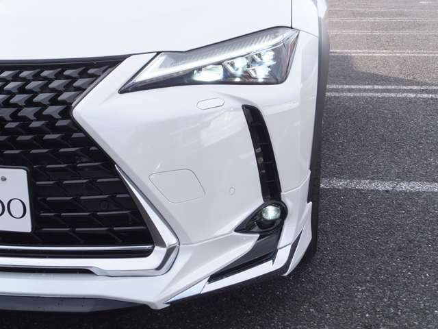 【アダプティブハイビームシステム】片側11個のLEDの点灯・消灯を制御し細やかに照射/遮光。単眼カメラにより前方の車両光源を検出し配光を先行車や対向車に直接ハイビームを当てないように最適な状態に切り替えます