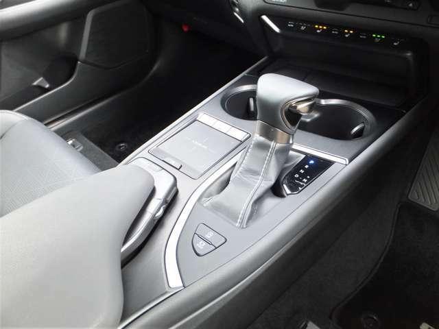 いつもの運転姿勢のまま、自然な感覚でナビゲーションやオーディオなどの操作が可能なリモートタッチ。10.3インチワイドディスプレイのリモート操作を指先で行えます。