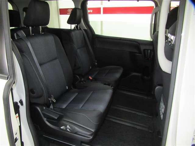 7人乗りのセカンドシートは左右で独立タイプ。アームレストも付いており長時間、快適にお過ごしいただけます