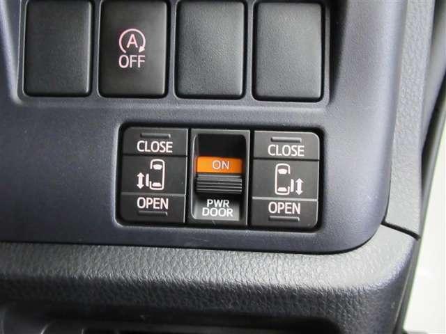 電動スライドドアは両側に!スライドドアの直接操作以外にも運転席からのスイッチ操作や車外からのリモコン操作でも開閉が可能!雨の日などには更に便利でお子様連れやお買い物の際にも重宝です!