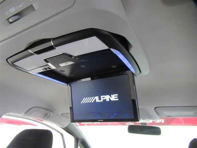 後部座席用のフリップダウン式の後席モニター装備。長時間のドライブも楽しくなります