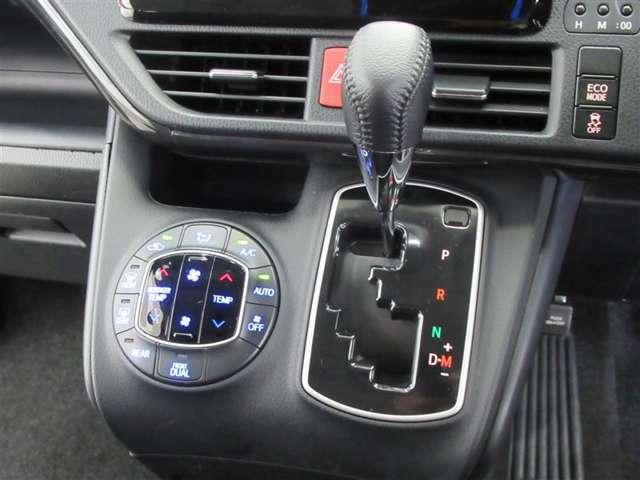 エアコンには話題のナノイー機能付。前席の左右で違う温度設定も可能なオートエアコンです。快適な車内空間を作れます