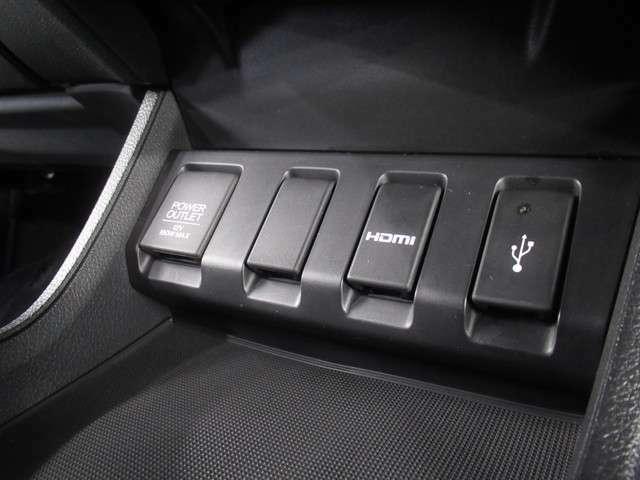 USB接続、HDMI接続、12Vの電源ソケットも使いやすい場所に装備されています。