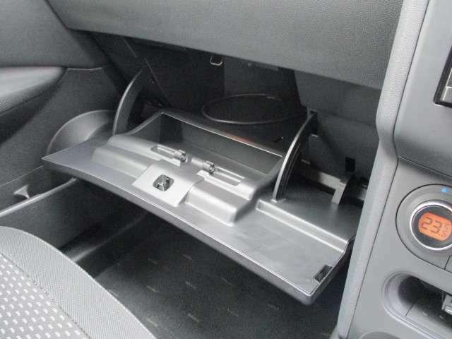 車検証などの嵩張るお荷物は、助手席前の大型のグローブBOXにお入れ下さい☆