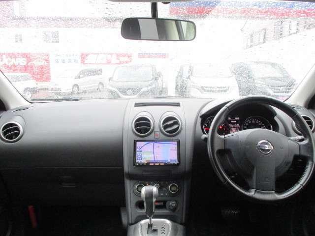大きなフロントガラスと高い着座位置が見晴らしの良い視界を実現している運転席周りです♪