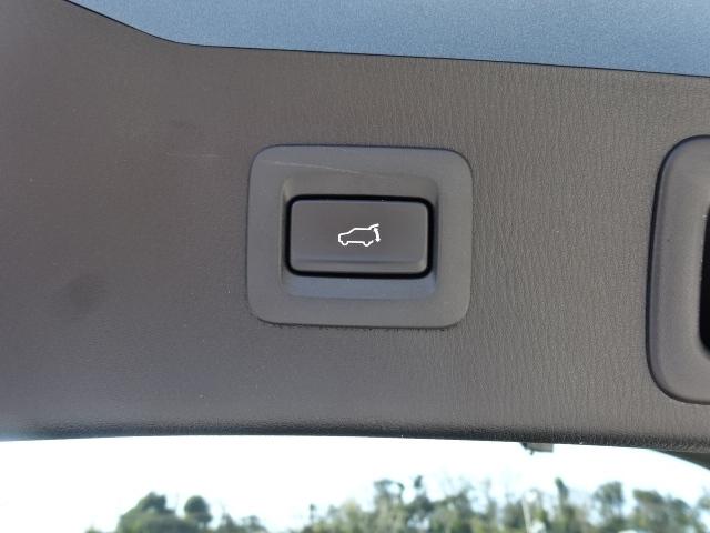 【パワーリフトゲート装備】アドバンストキーのスイッチやステアリング下のクラスタースイッチ操作でリモート開閉出来る電動リアゲートを装備しております