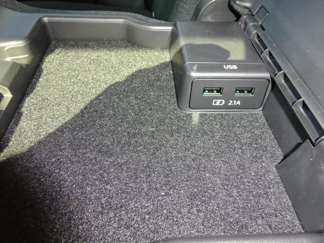 センターコンソール内にUSB端子を装備。音楽再生や充電に使用できます。