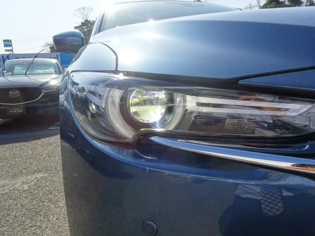 LEDヘッドランプを装備。夜間でも明るく安心ドライブをサポート。