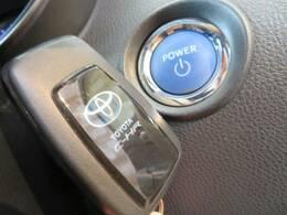 スマートキーを装備しております。鍵を持っているだけで鍵の開閉からエンジンのスタート・ストップまで可能になり便利な装備です。