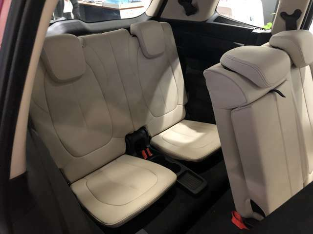 グランツアラーはその後ろに格納式のサードシートがあります。3列7人乗りだから、ミニバンの資格ありとなりますが、そのサードシートは子ども用の大きさになります。※大人も座れますが狭いですよ。。