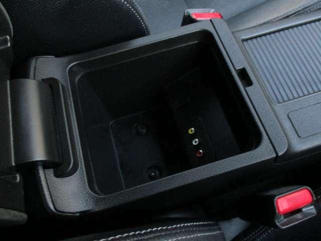 センターコンソールボックス内にも収納スペースや12V電源があり、とても便利です。