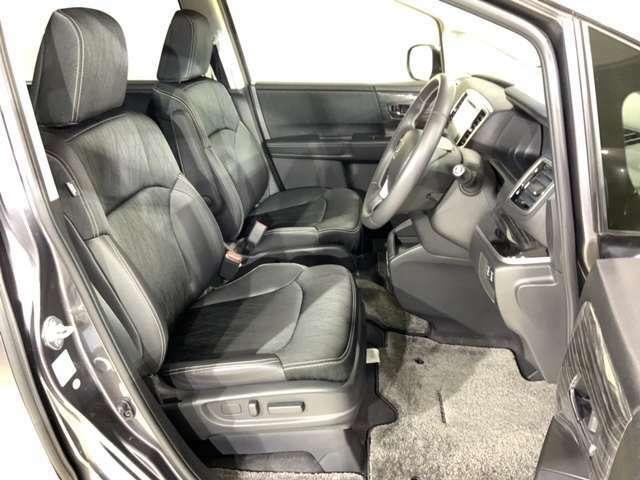 ゆったりとした乗り心地の大きめのシートは、タッチも柔らかく質感も高い。
