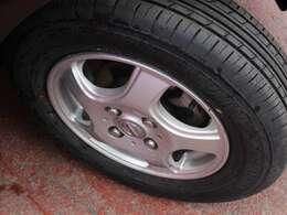 タイヤサイズは145/80R13になります。純正アルミになります。