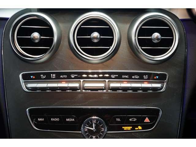 運転席・助手席で独立してエアコンの温度調整ができます。