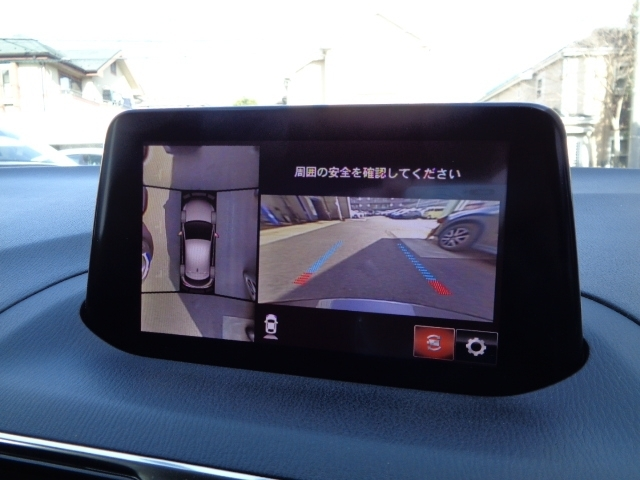 4つのカメラによる前後左右・俯瞰映像でドライバーからは見えない領域の危険認知をサポートします!全周囲の死角を減らし、狭い駐車場や幅寄せ、T字路の進入などの運転の安心感を高めます!