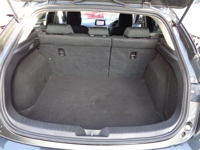 リアシートを立てた状態でもしっかりと荷室スペースを確保しております!