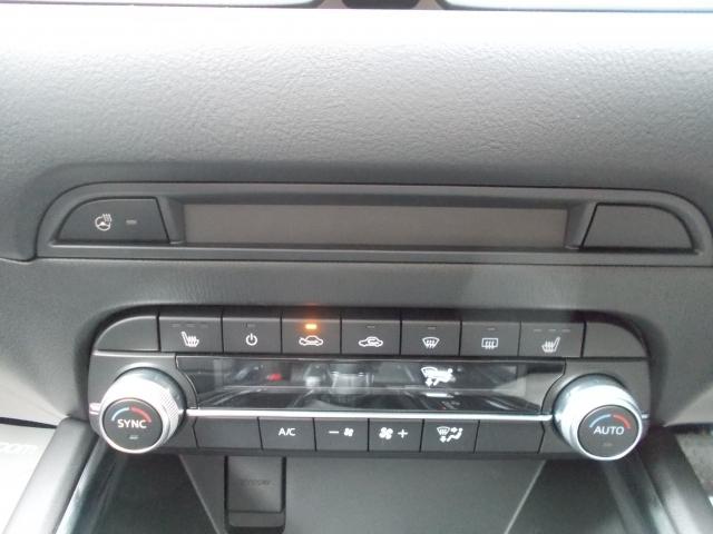 前席には3段階で調節可能のシートヒーターを装備!ステアリングヒーターも装備!寒い季節にも安全で快適操作をサポート!