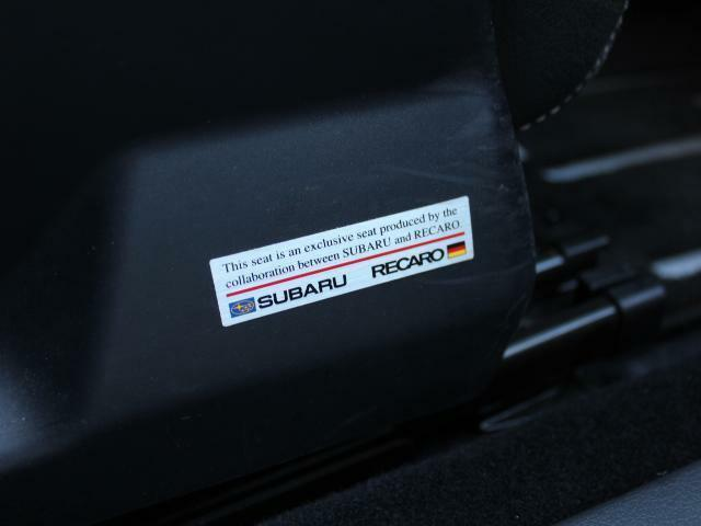 RECARO製ハーフレザーシートを採用した前2席となっております!