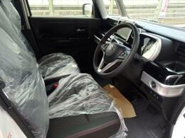 開放的な車内空間で4人フル乗車でもかなり余裕のあるスペースを確保できます。