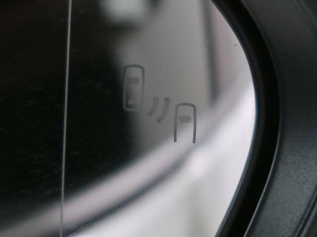 【ブラインドスポットモニター】隣車線や後方から接近する車両を検知するとお知らせしてくれる機能です。