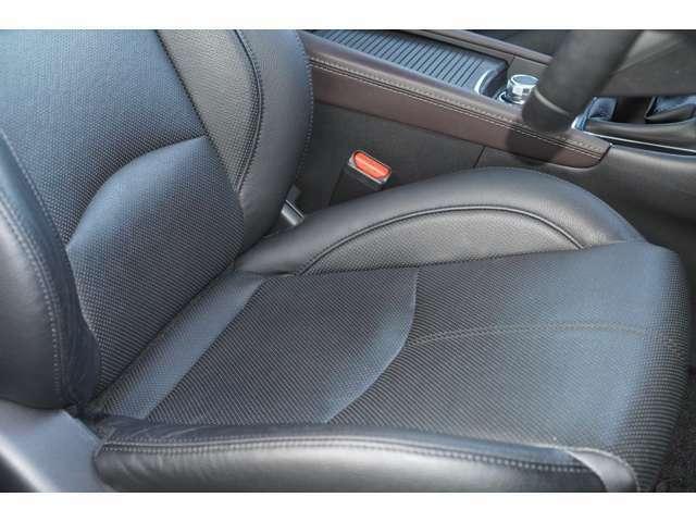 運転席、助手席ともに綺麗です。一度ご覧くださいませ♪また【黒革シート】【シートヒーター】装備されておりますので、高級感もございます♪