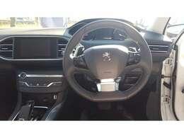 運転席の写真です。プジョー独自のi-cockpitの設計となっております。