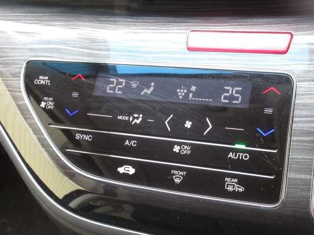 トリプルゾーンオートエアコンでお好みの温度調整が出来、オールシーズン快適にドライブできます!リア席はプライバシーガラスで夏も涼しく過ごせます!