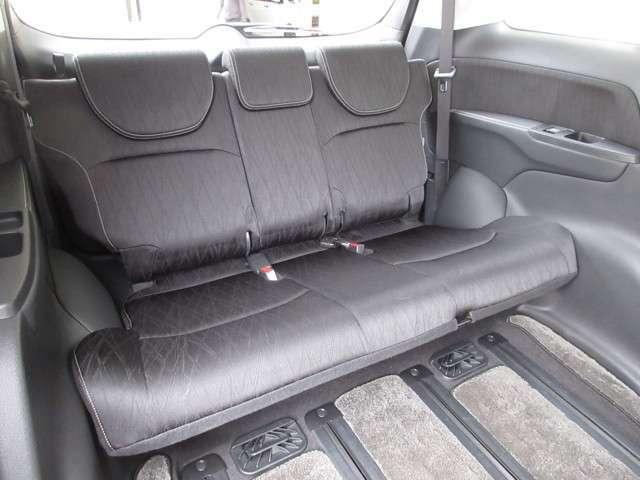ゆとりの室内幅でゆったりサイズ。3分割リクライニング機構により中央席と左右席のリクライニング角度を変えることで、肩が触れ合うことなく3名が座れます。また、シートバック中央部を倒せば長尺物を積載できます。